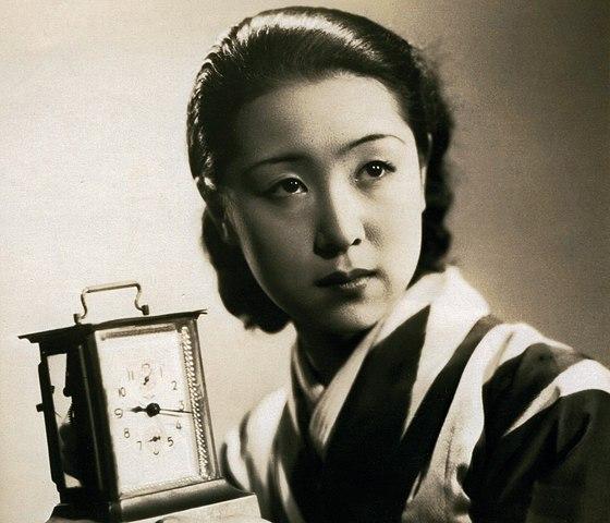 Foto en blanco y negro de una persona con un reloj  Descripción generada automáticamente con confianza media